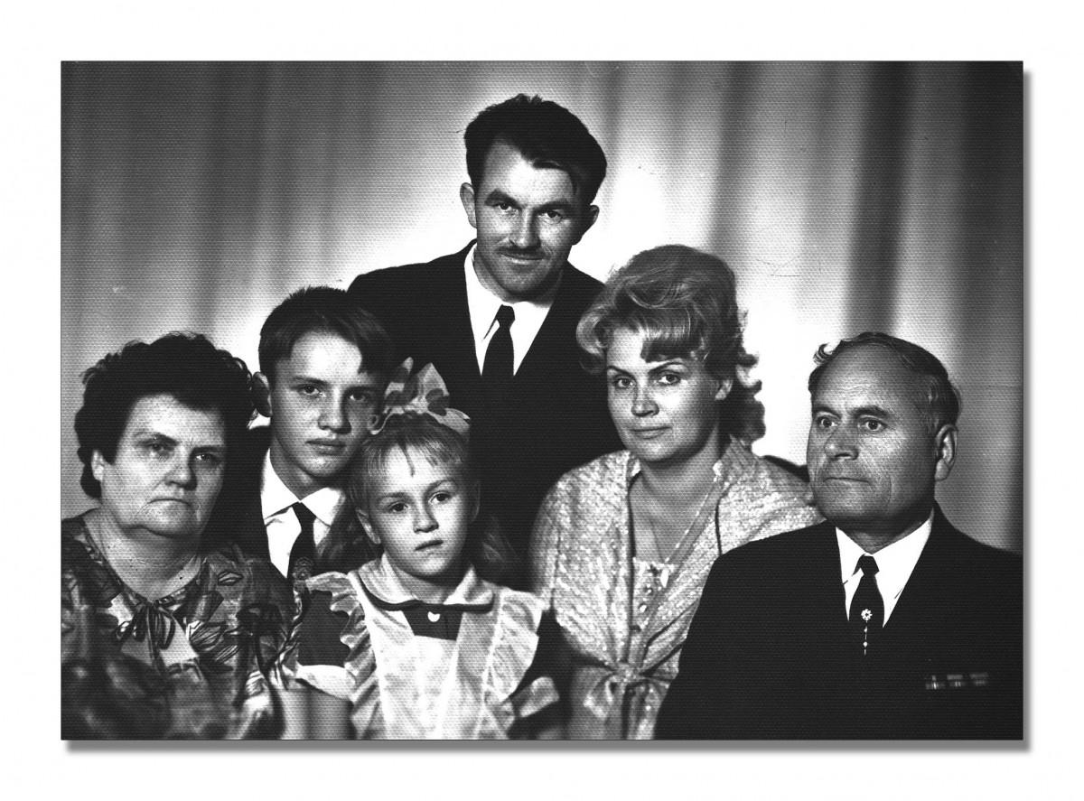 3.Фотография. С.Ф. Кицак с семьей. СССР, г. Черновцы, 1969 год. ЦГА ПМР, фонд № 1068, оп. 1, д. 6, л. 8.