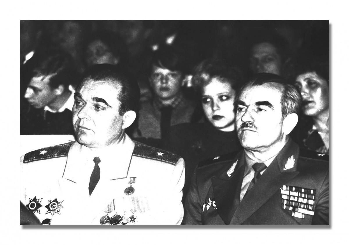 13.Фотография. Генерал-майор А.В. Курчин, генерал-майор С.Ф. Кицак. ПМР, г. Тирасполь, 1994 год. ЦГА ПМР, фонд № 1068, оп. 1, д. 6, л. 19.
