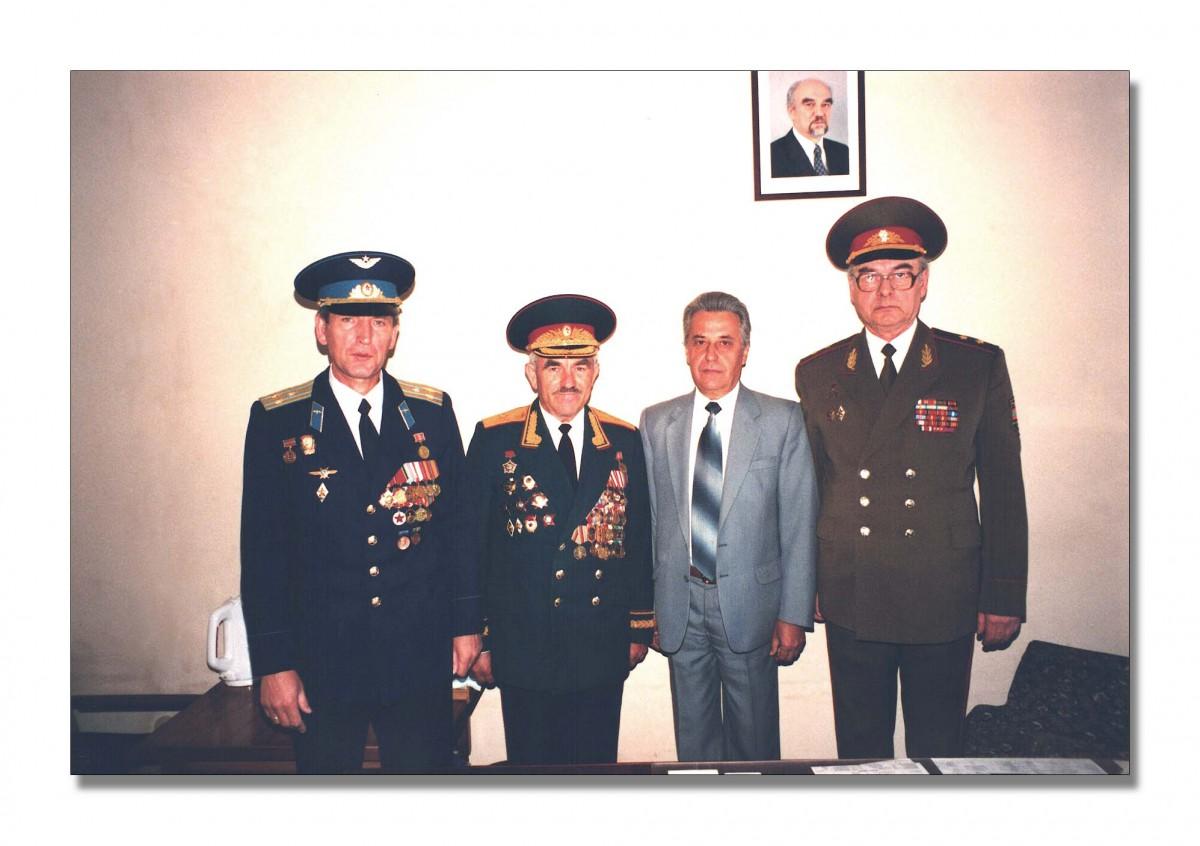 16.Фотография. То же. Слева направо: полковник В.В. Иванов, генерал-майор С.Ф. Кицак. Первый справа: генерал-лейтенант С.Г. Хажеев. ПМР, г. Тирасполь. 09.05.2000. ЦГА ПМР, фонд № 1068, оп. 1, д. 6, л. 23.