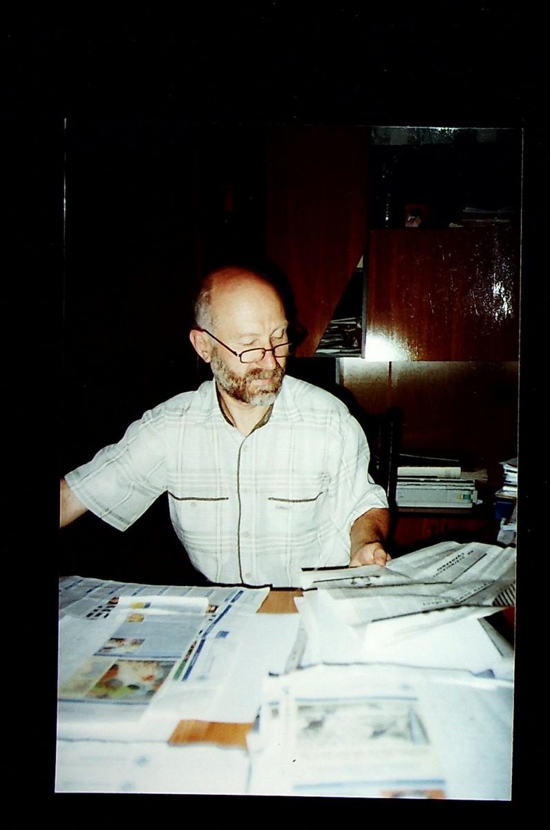 Фотография: В.С. Масленников – главный редактор республиканской газеты «Приднестровье» в рабочем кабинете. г. Тирасполь, август 2004 года.